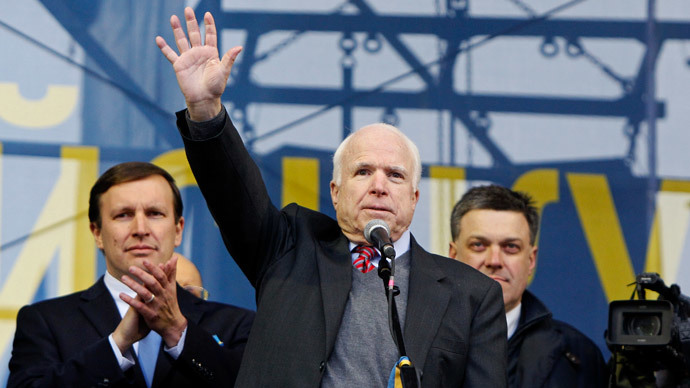 U.S. Senator John McCain (C) waves to pro-European integration protesters during a mass rally at Independence Square in Kiev December 15, 2013.(Reuters / Gleb Garanich)