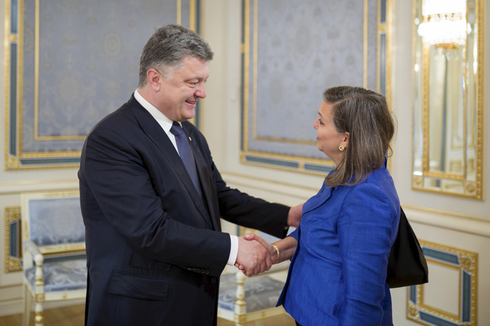 Ukrainian President Petro Poroshenko (L) greets U.S. Assistant Secretary of State for European and Eurasian Affairs Victoria Nuland (Reuters / Ukrainian Presidential Press Service / Mikhail Palinchak / Pool)