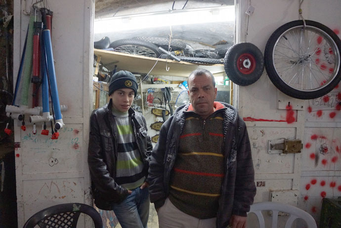 Muhammed and his son Ahmad in their bicycle shop (Photo by Nadezhda Kevorkova)