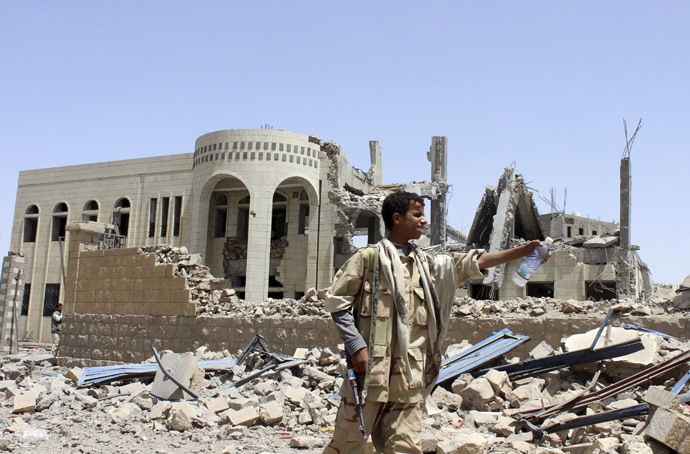 A Houthi militant stands in front of a court building, which was damaged in a Saudi-led air strike in Saada May 31, 2015. (Reuters / Stringer)