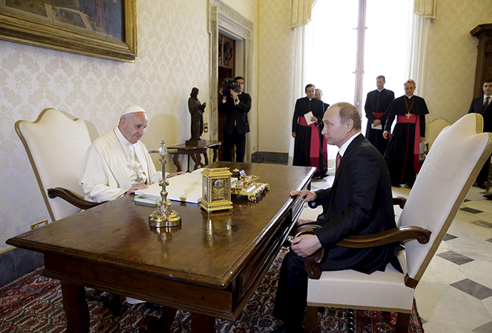 Russian President Vladimir Putin (R) meets Pope Francis during a private meeting at Vatican City, June 10, 2015 (Reuters / Gregorio Borgia)