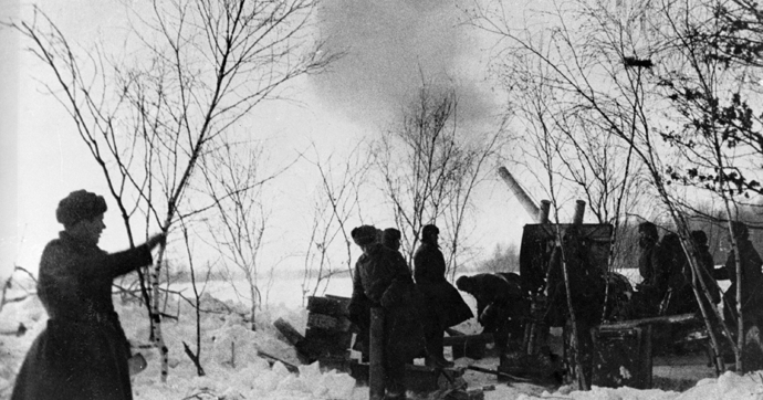 Heavy howitzer crew firing at enemy positions during the Great Patriotic War, Moscow region (RIA Novosti / Temin)