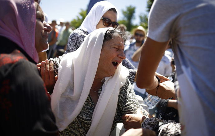 A woman reacts during a reburial ceremony of 136 newly identified victims in Potocari, near Srebrenica, Bosnia and Herzegovina July 11, 2015. (Reuters/Stoyan Nenov)