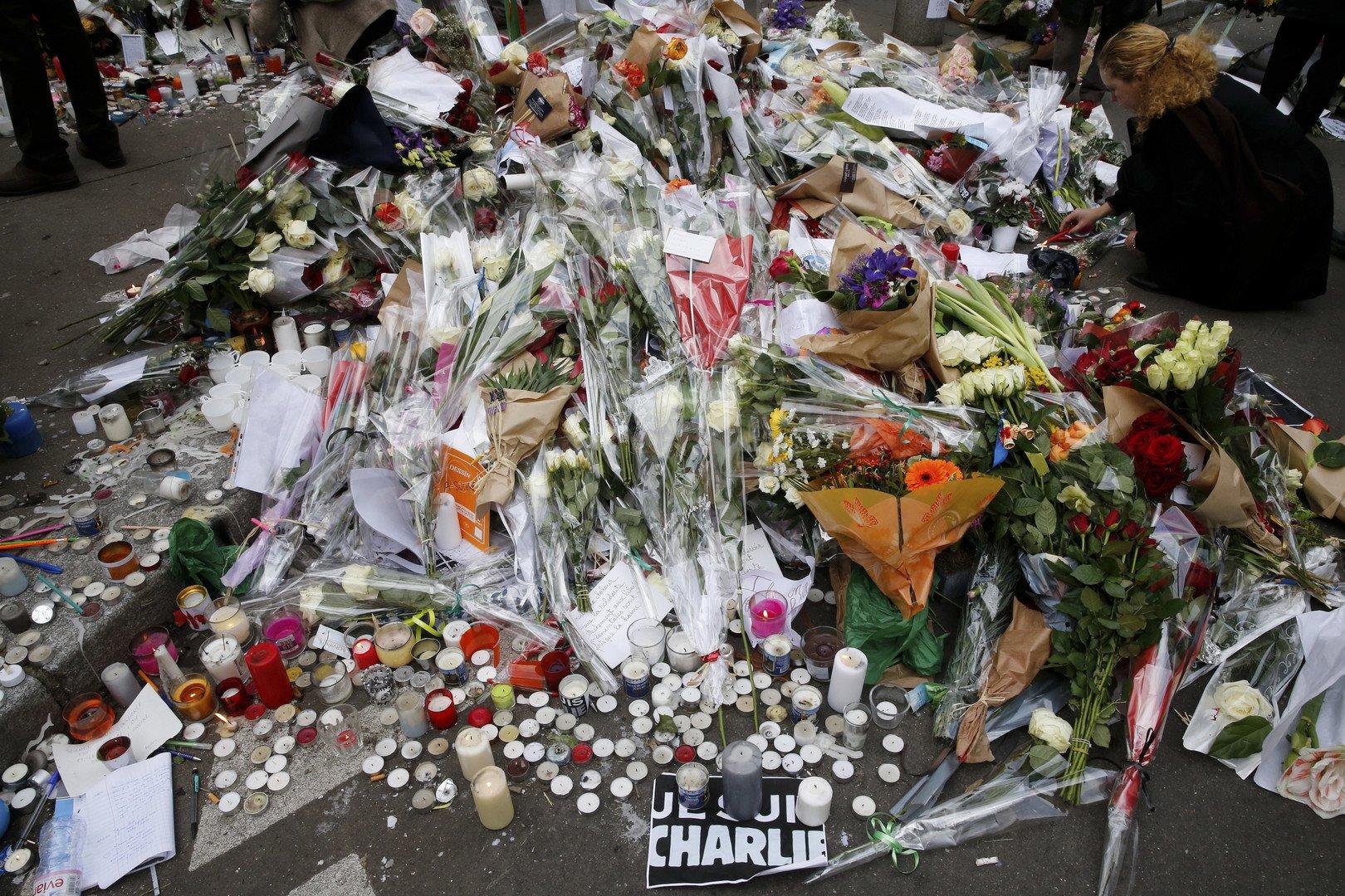 Les fleurs déposées sur place de l'attentat de Charlie Hebdo  (REUTERS/Pascal Rossignol)
