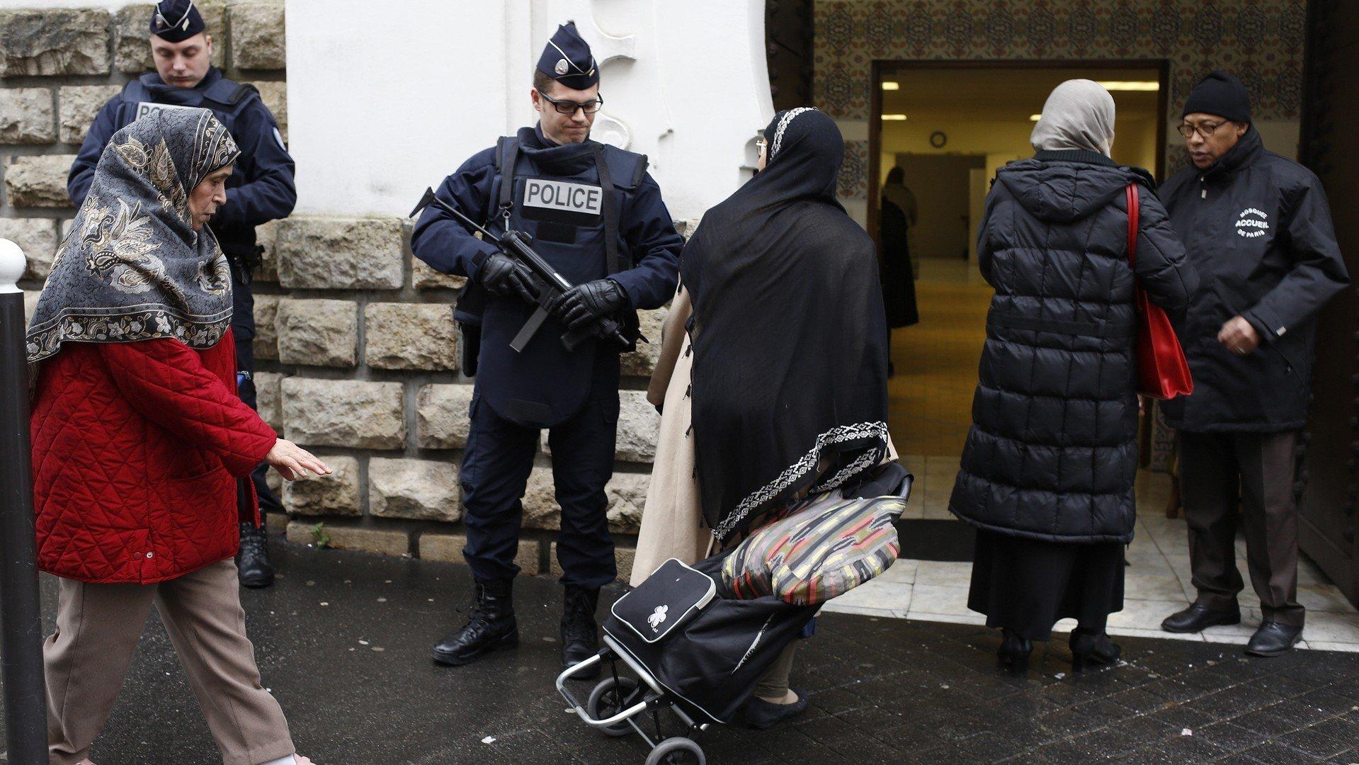 Des policiers gardent l'entrée a la mosquée de Paris le 12 janvier 2015. (REUTERS/Youssef Boudlal)