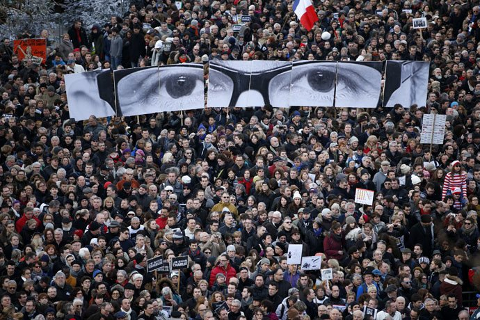 Des pancartes formant les yeux de Stéphane Charbonnier, tué le 7 janvier. (Reuters/Charles Platiau)