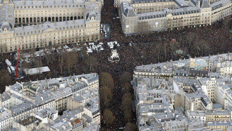 Vue aérienne de la Marche Républicaine du 11 janvier 2015 à Paris.