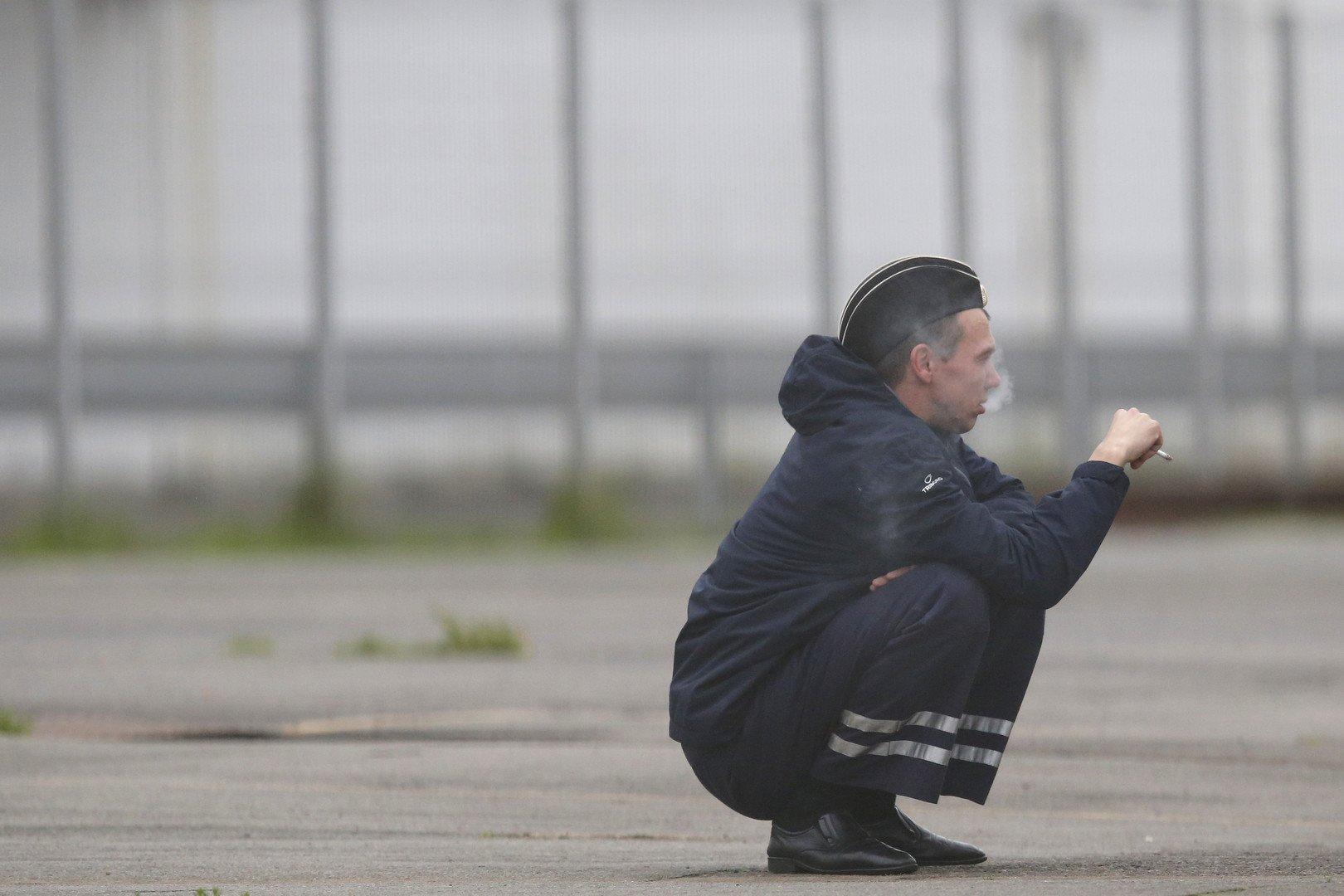 Un marin russe fume dans le chantier de Saint-Nazaire le 17 decembre 2014. (REUTERS/Stephane Mahe)