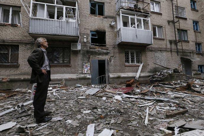 Un habitant de Slaviansk devant sa maison détruite par des bombardements. (REUTERS)