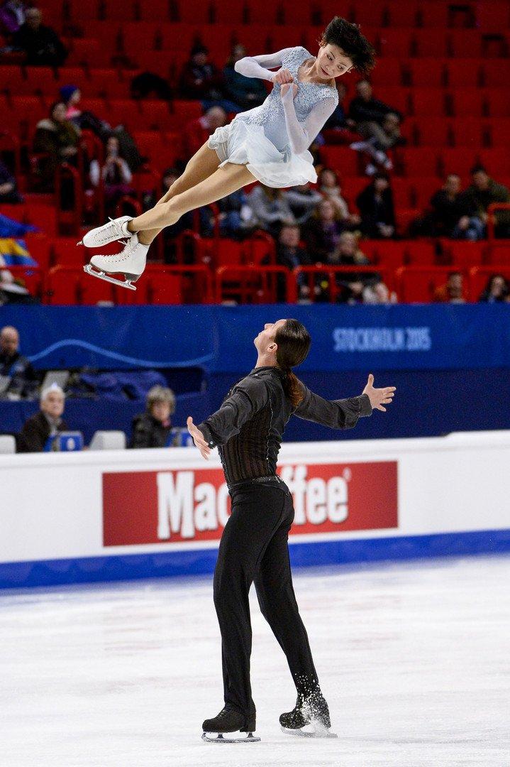 Yuko Kavaguti et Alexander Smirnov performent le programme court.