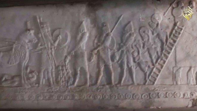 Les combattants de l'Etat islamique détruisent des statues anciennes et des reliques en Irak (VIDEO)