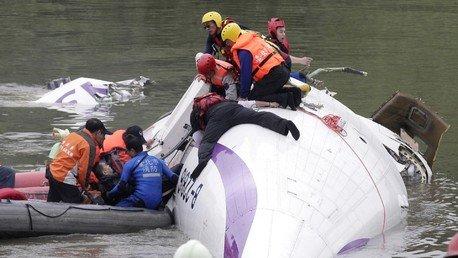 Crash d'un avion de TransAsia dans une rivière au nord de Taïwan, jusqu'à 11 victimes (VIDEO)
