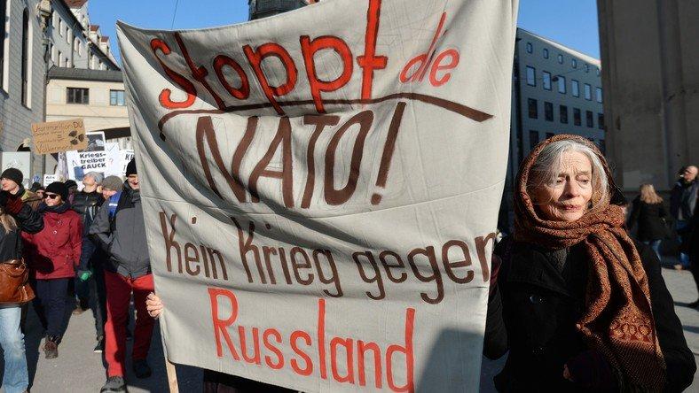 Munich : des Allemands manifestent contre la politique agressive de l'OTAN à l'égard de la Russie.
