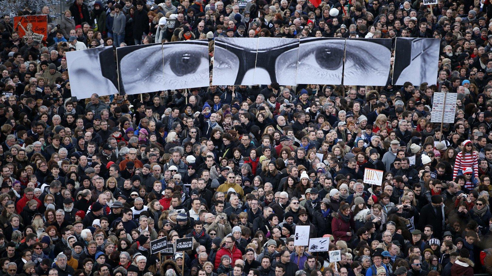 Des pancartes formant les yeux de Stéphane Charbonnier, tué le 7 janvier.