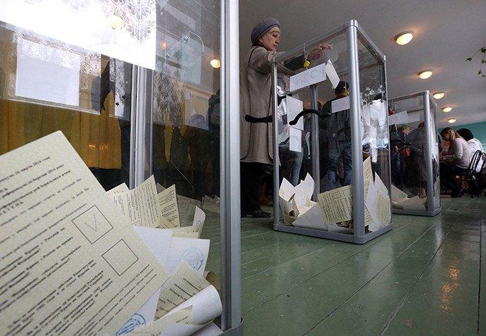 Une femme vote pendant le referendum en Crimée le 16 mars 2014.