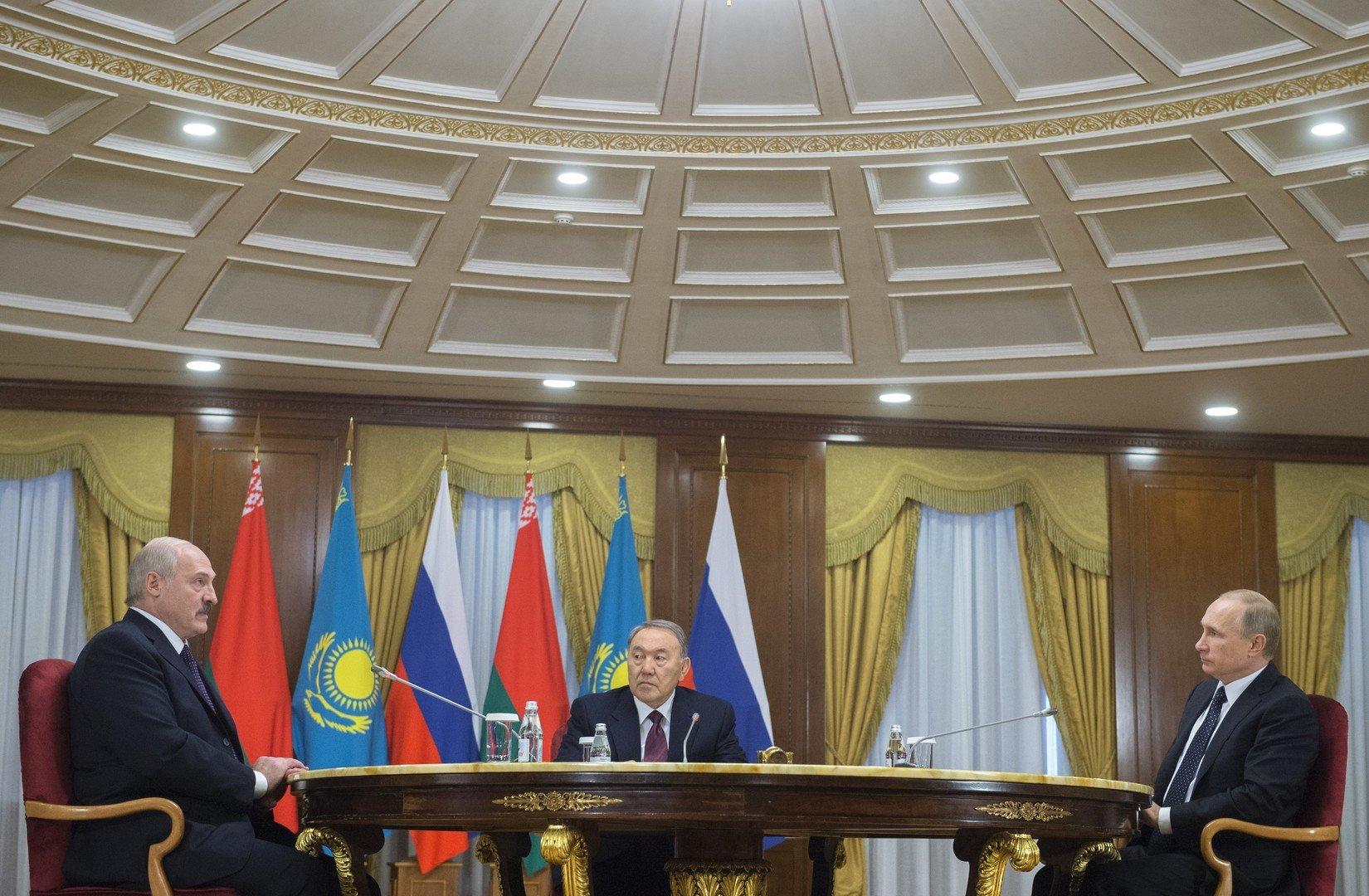 Les présidents russe, biélorusse et kazakh à la table des négociations