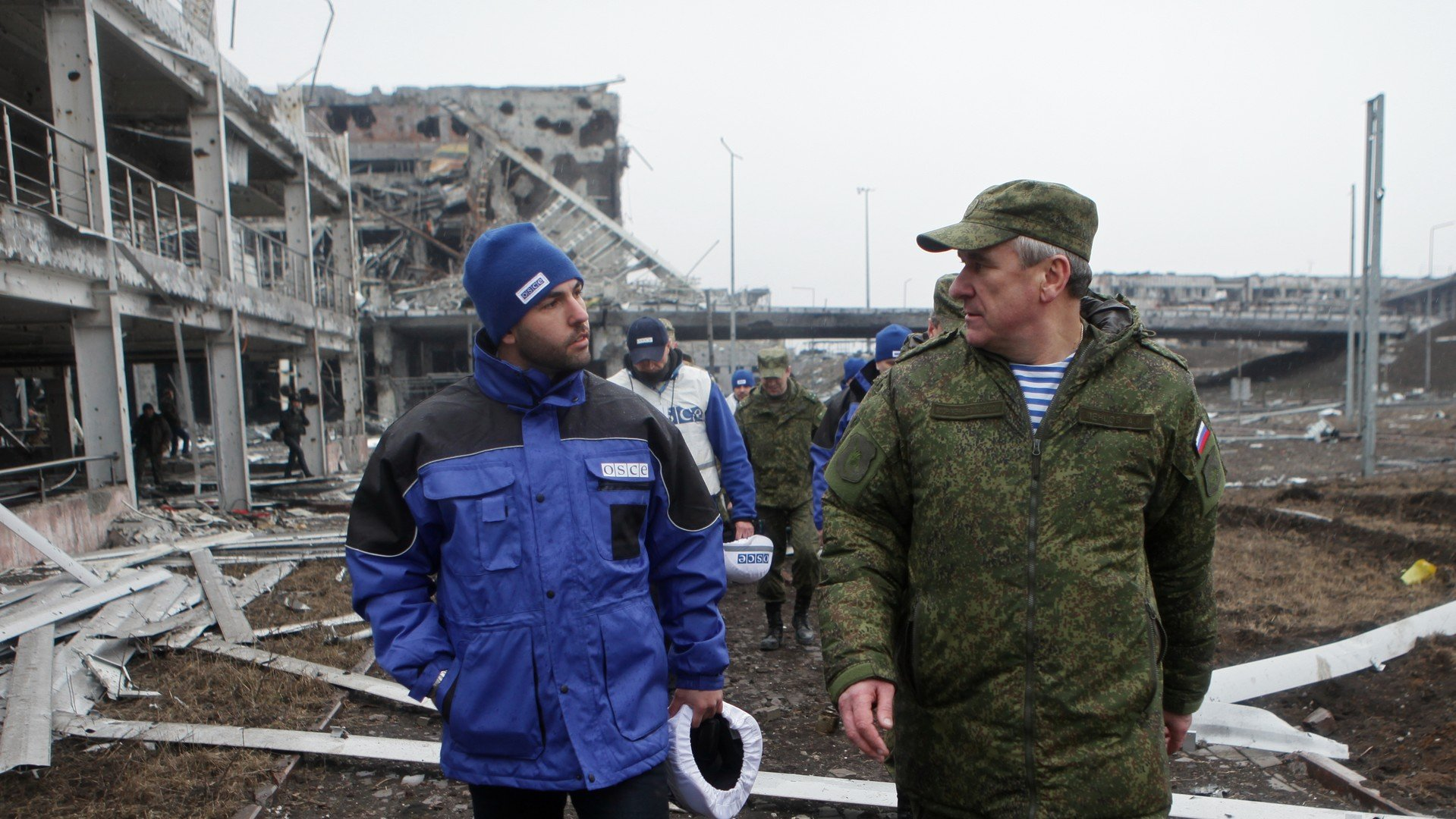 Les répresantants de la mission de l'OSCE à l'aéroport de Donetsk