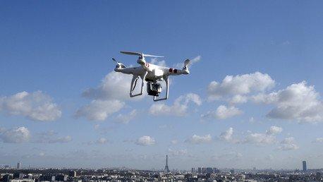 Vol d'un drone observé dans le ciel parisien