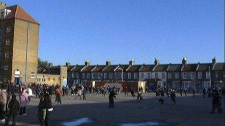 Des écoliers d'une école britannique pendant la recreation. (Capture d'ecran, vidéo de RT)