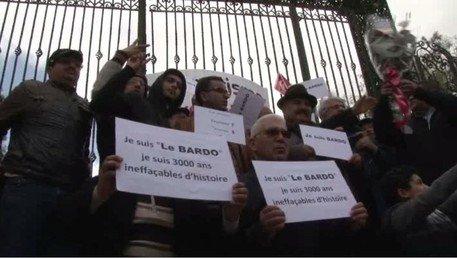 Une manifestation à Tunis apres l'attaque du musée du Bardo. (Capture d'écran, vidéo de RT)
