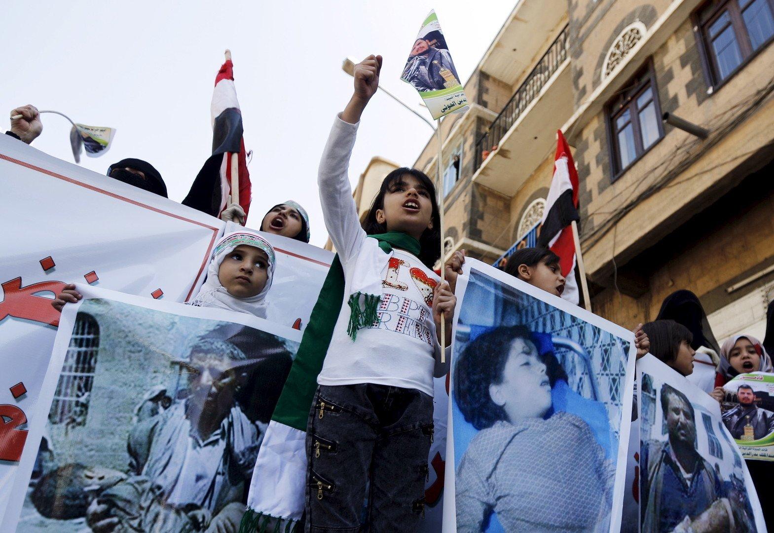 Petites filles dans une manifestation contre les bombardements des forces coalisées à Sanaa