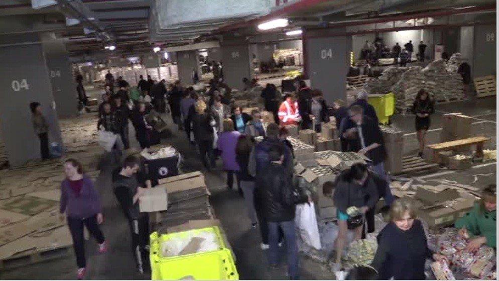 Des bénévoles emballent des paquets d'aide humanitaire