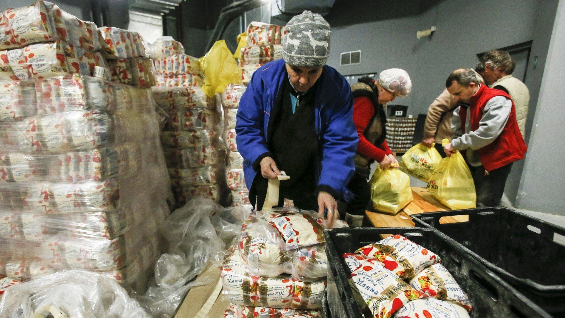 Une bénévole constitue un paquet d'aide humanitaire