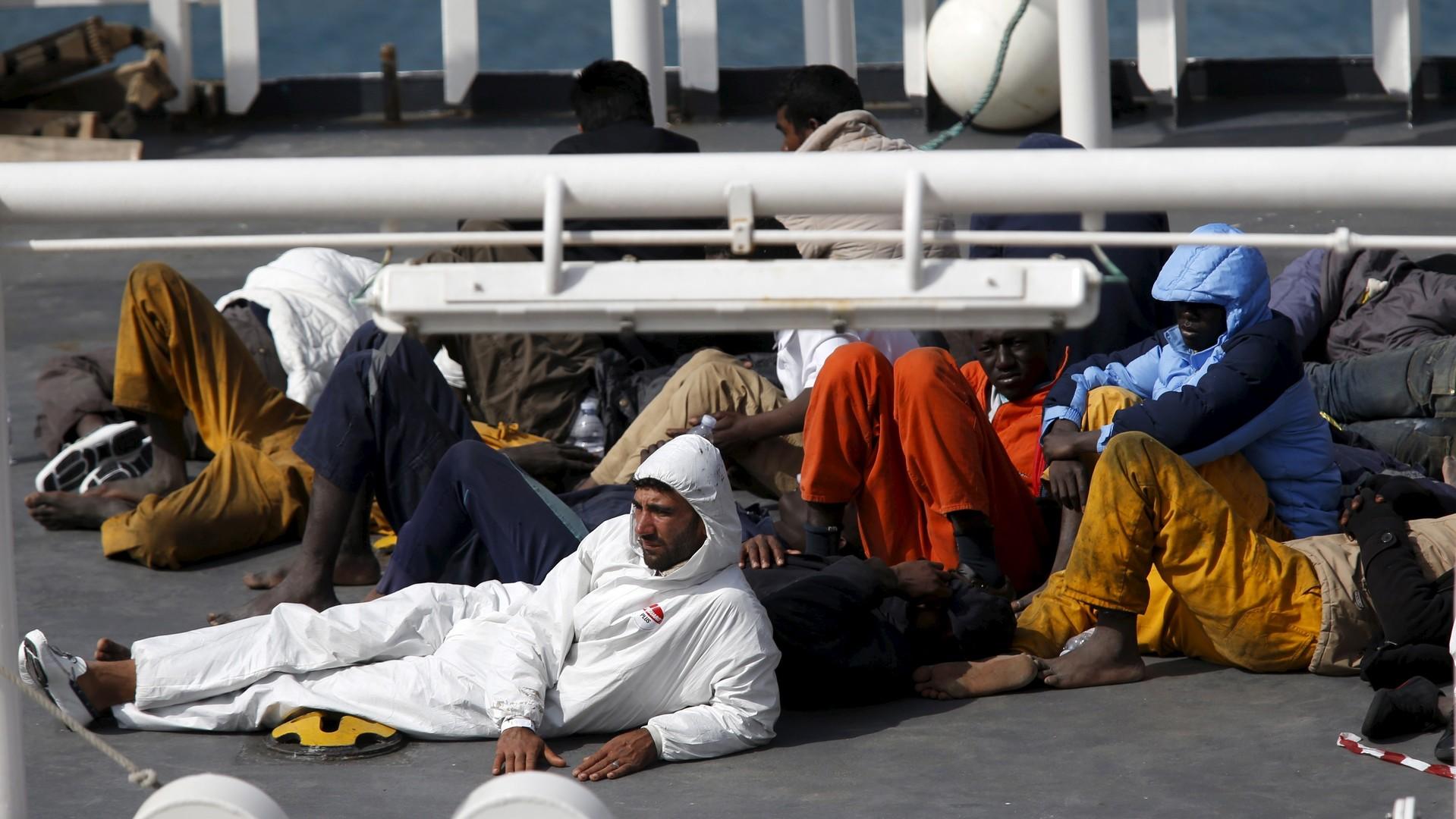 Des immigrés rescapés s'étendent sur le pont du navire italien Bruno Gregoretti