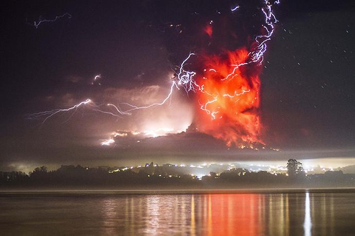 Tempête électrique près du volcan Calbuco au Chili