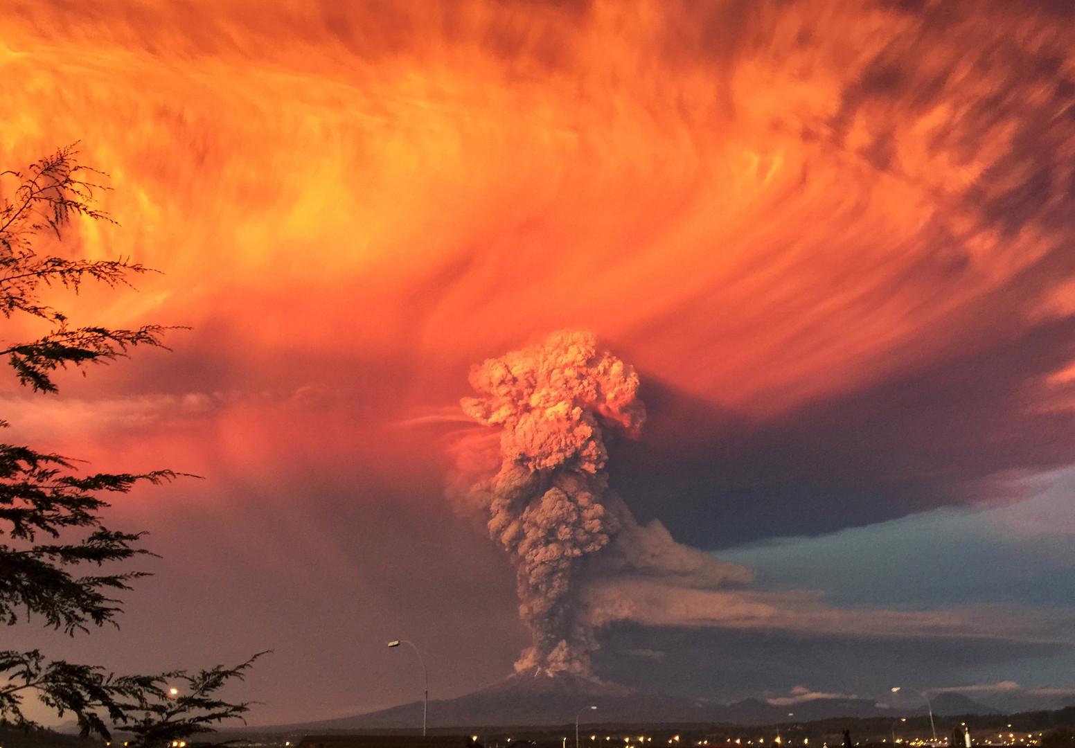 Eruption d'un volcan Calbuco au Chili (coucher de soleil)