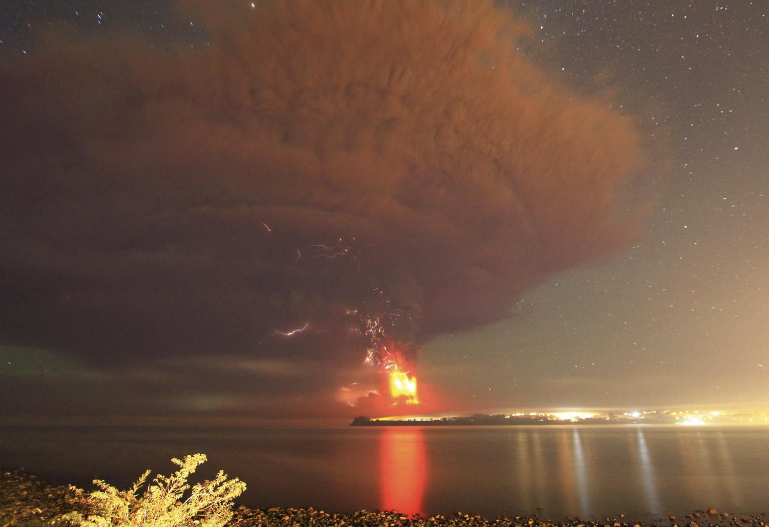 Eruption d'un volcan Calbuco au Chili (dans la nuit)