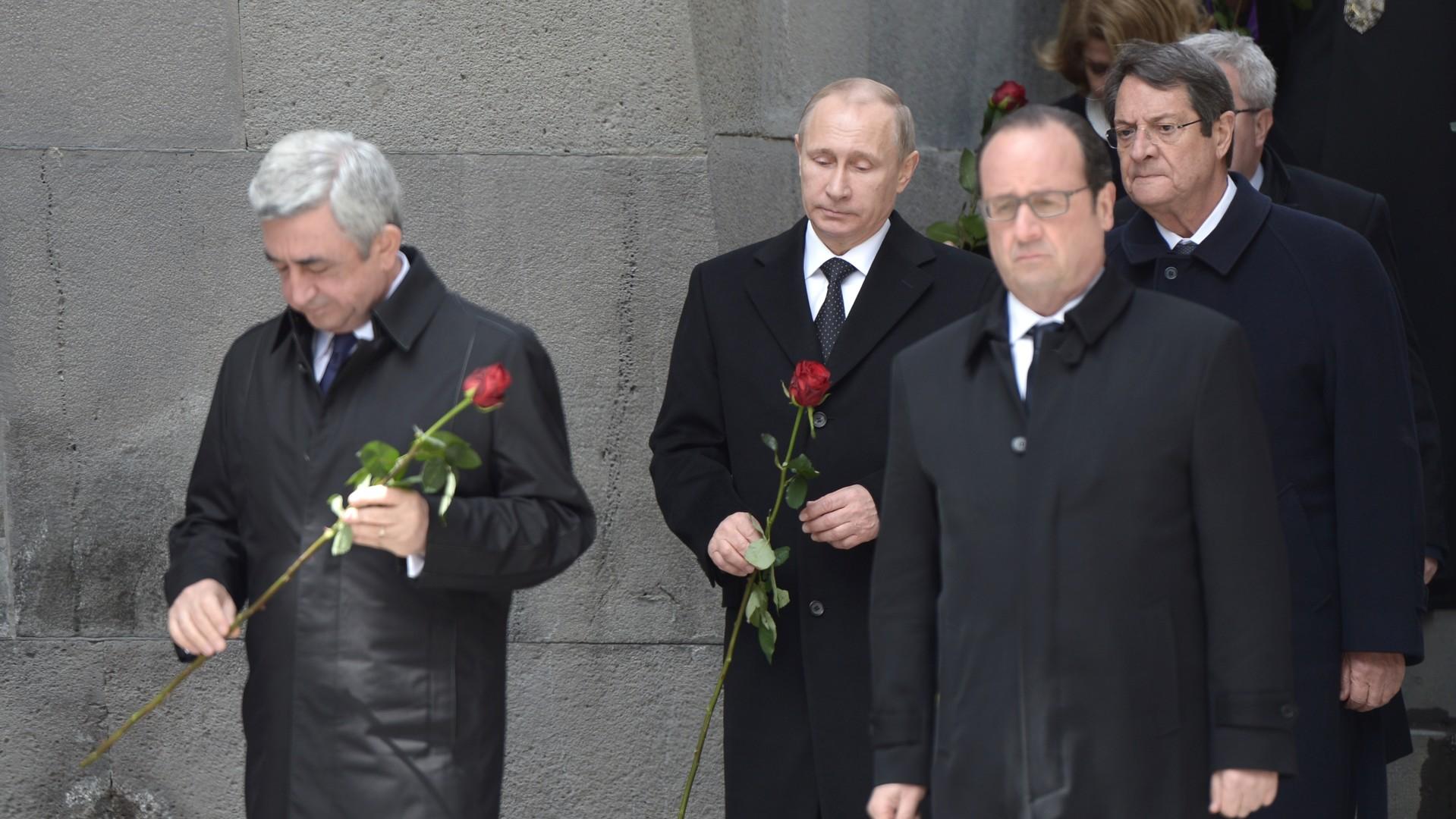 Les dirigeants déposent des fleurs au mémorial en l'honneur des victimes du génocide arménien