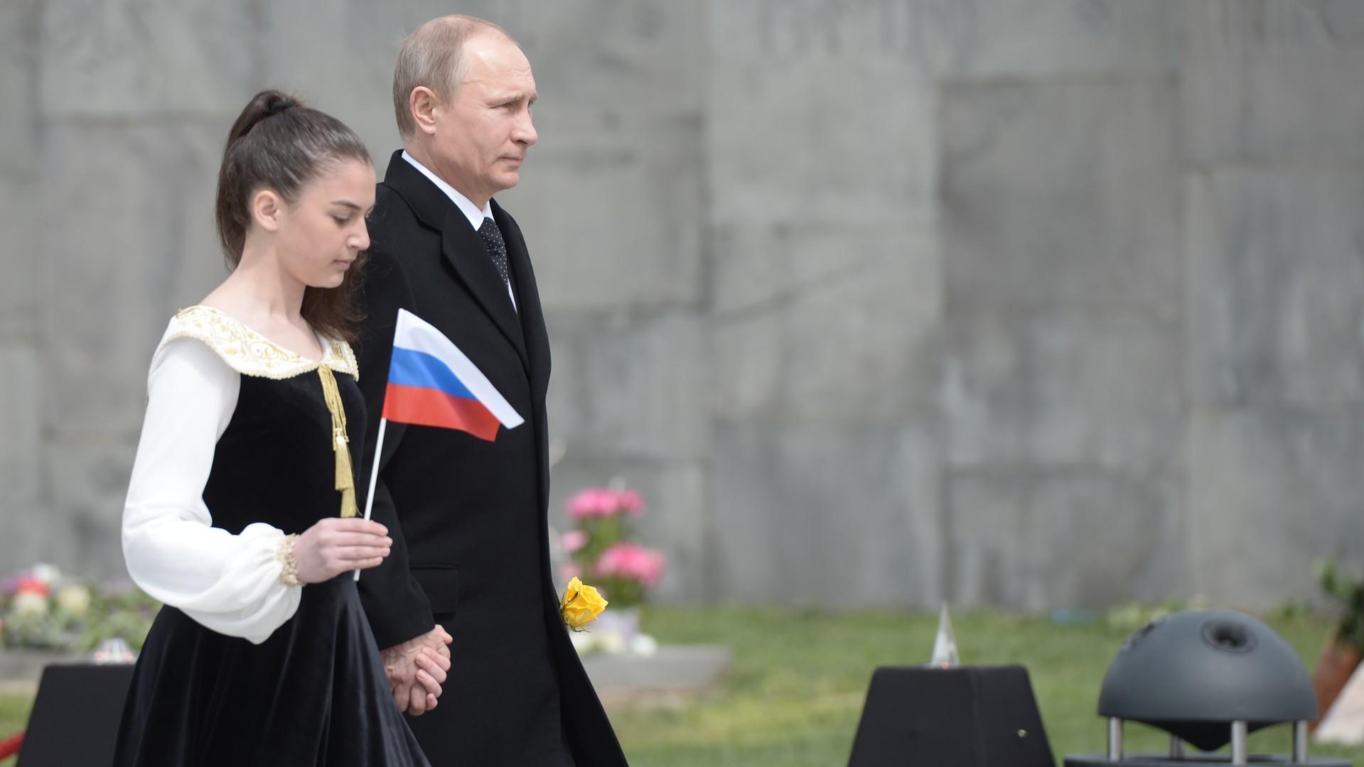 Vladimir Poutine dépose une gerbe au mémorial Tsitsernakaberd