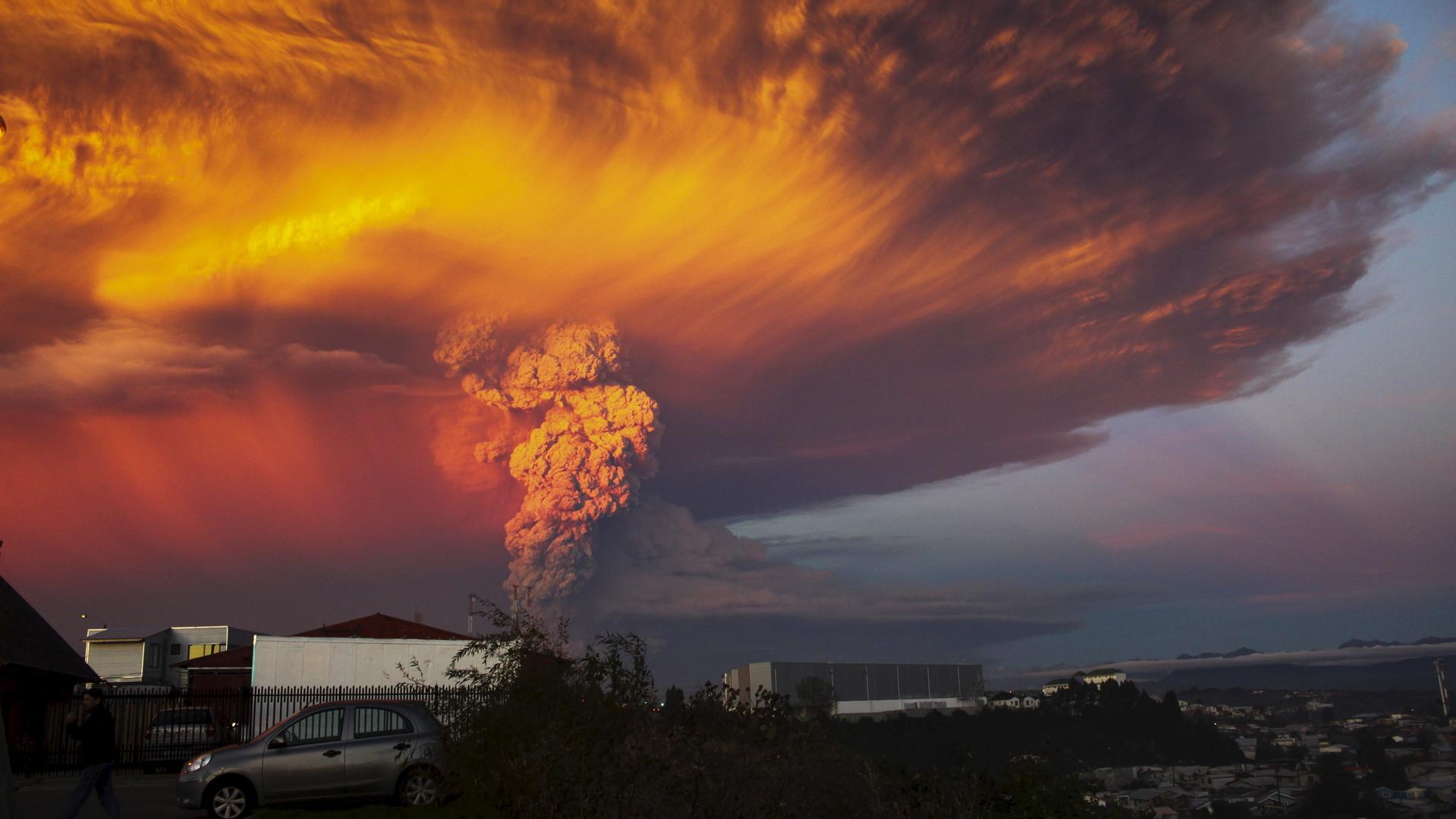 Nuage de fumée et de cendre en provenance du volcan Calbuco