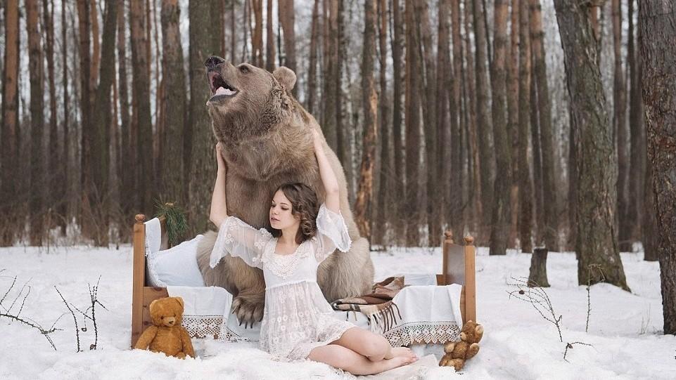 Un mannequin russe embrasse un ours de 650 kg