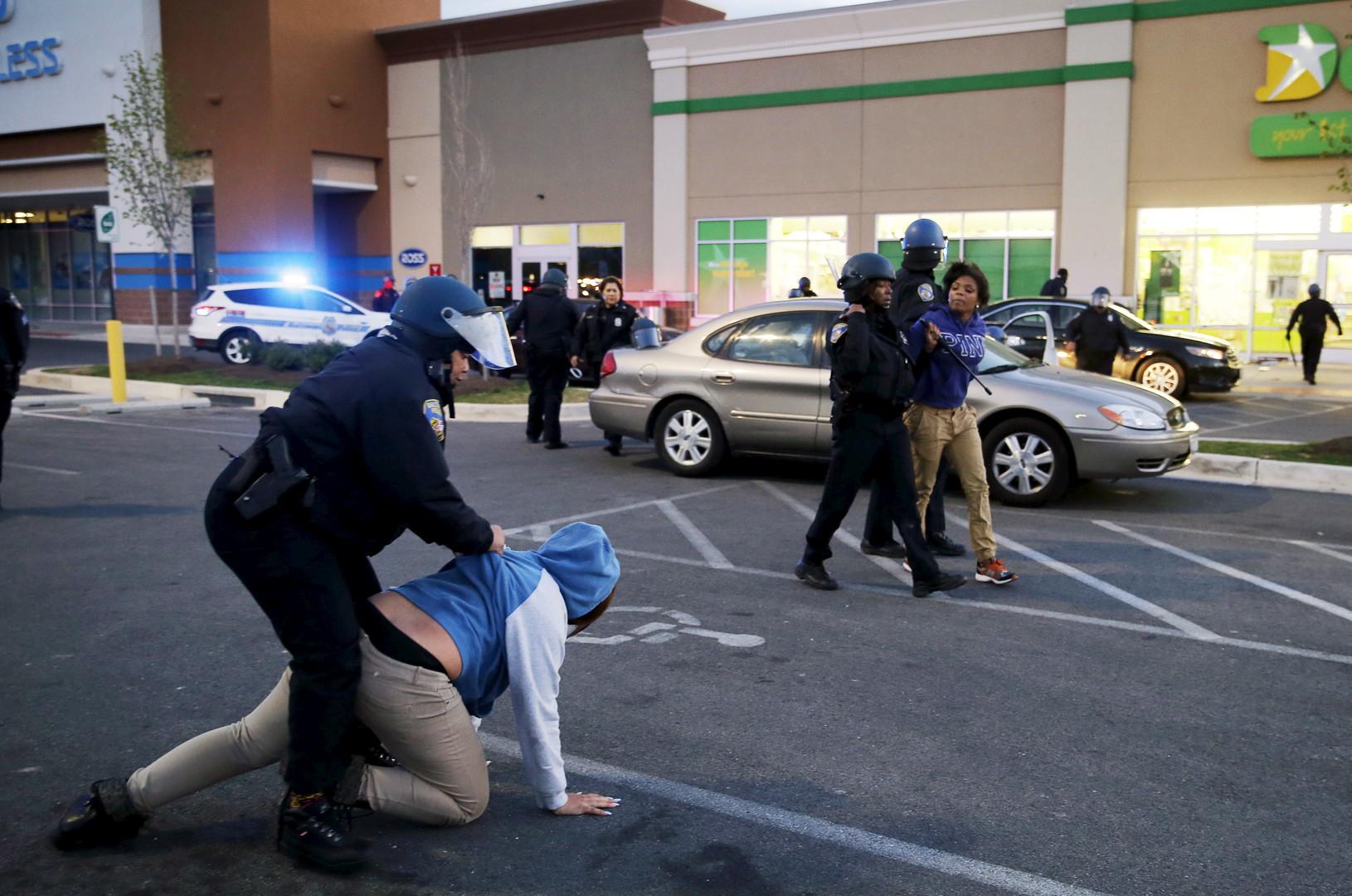 Des policiers de Baltimore arrêtent des émeutiers