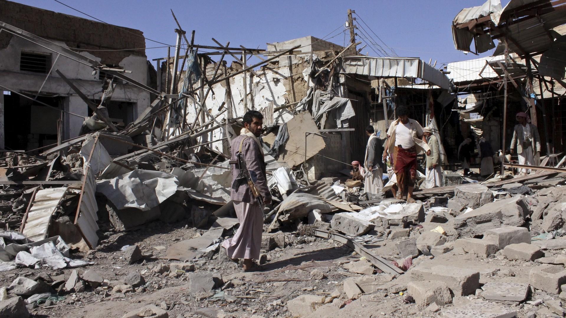 Des Yéménites sur le site d'une frappe aérienne à Saada