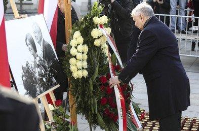 Le frère de l'ancien président Jarosław Kaczyński lors d'une cérémonie près du palais présidentiel