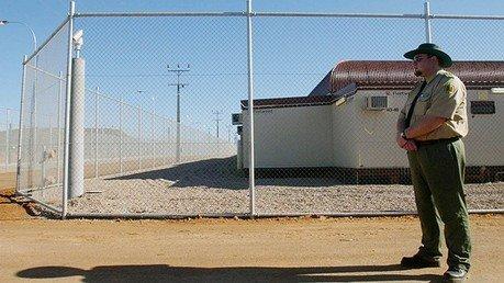 Un garde près du Centre d'immigration Baxter près de Port Augusta