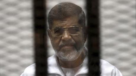 L'ex-président égyptien Mohammed Morsi derrière les barreaux