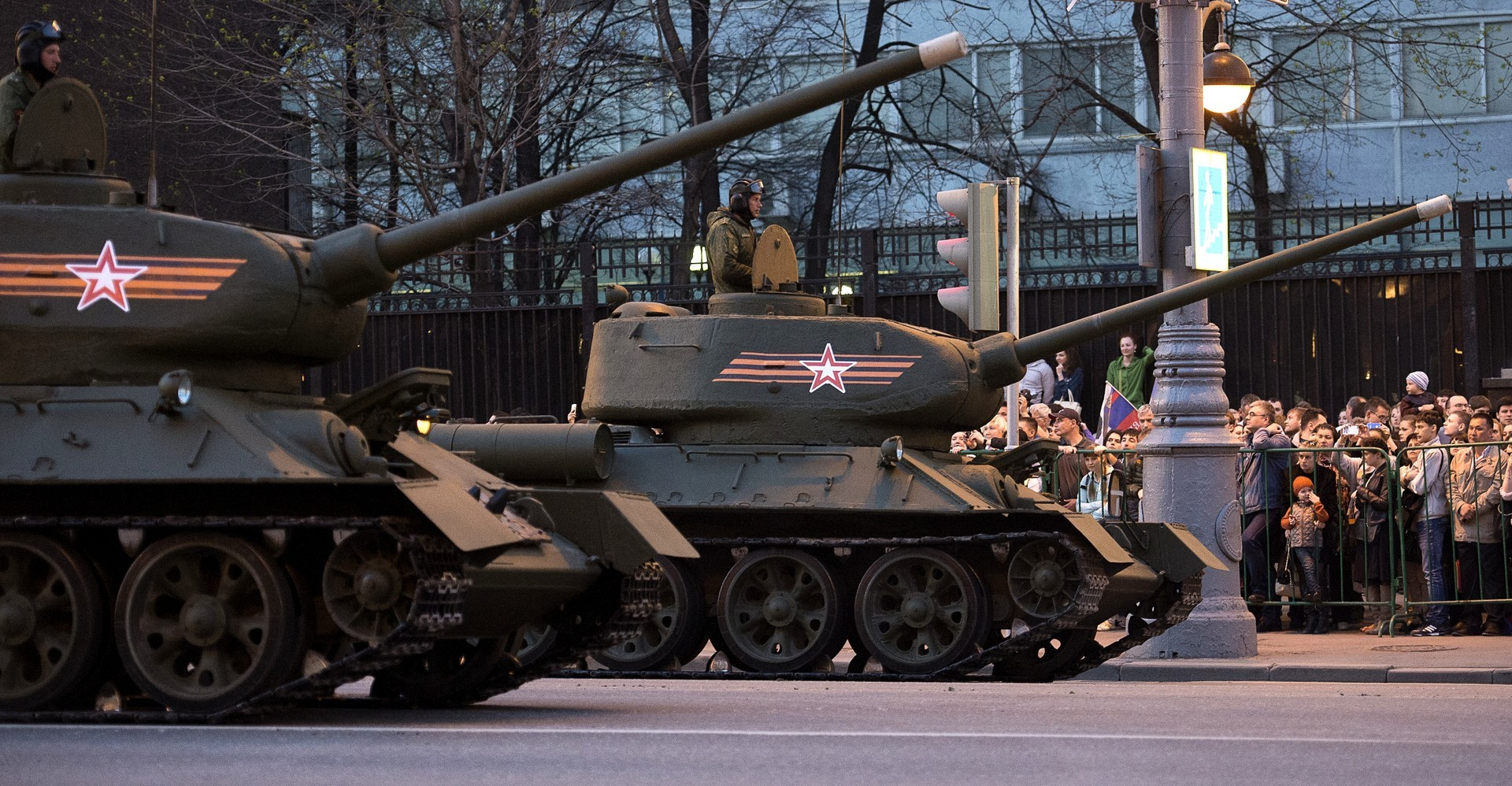 Les chars T-34 de l'époque de la Seconde guerre mondiale pendant la répétition du défilé militaire