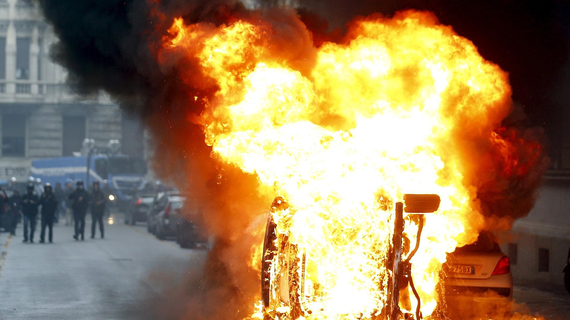 Voitures incendiées par les militants au cours d'une manifestation anti-Expo universelle