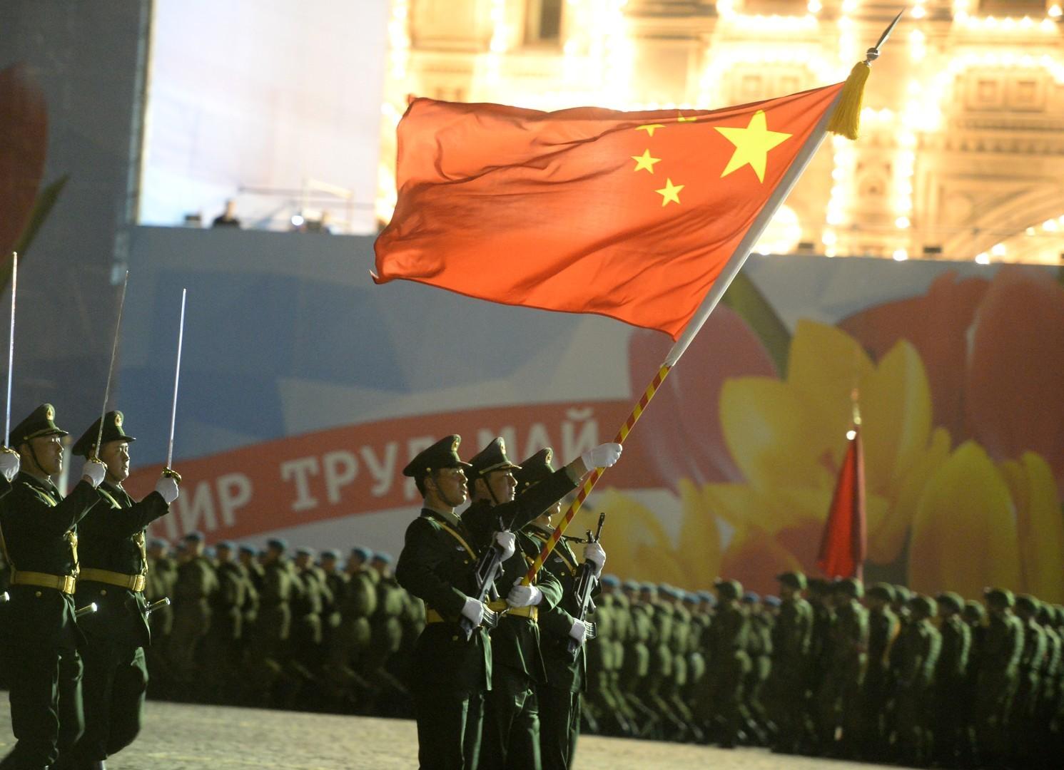 Les militaires chinois sur la place Rouge à Moscou pendant la répétition du défilé militaire