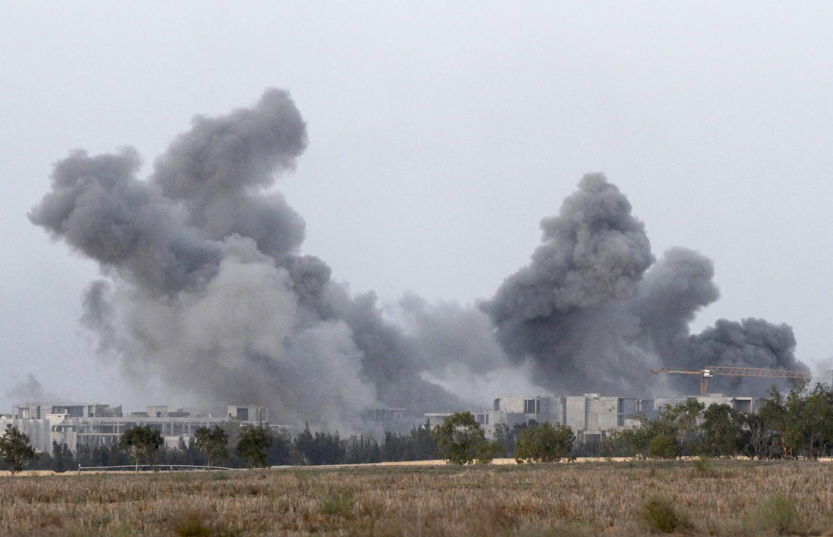 Une épaisse fumée dans la ville libyenne de Syrte provoquée par les bombardement de l'OTAN