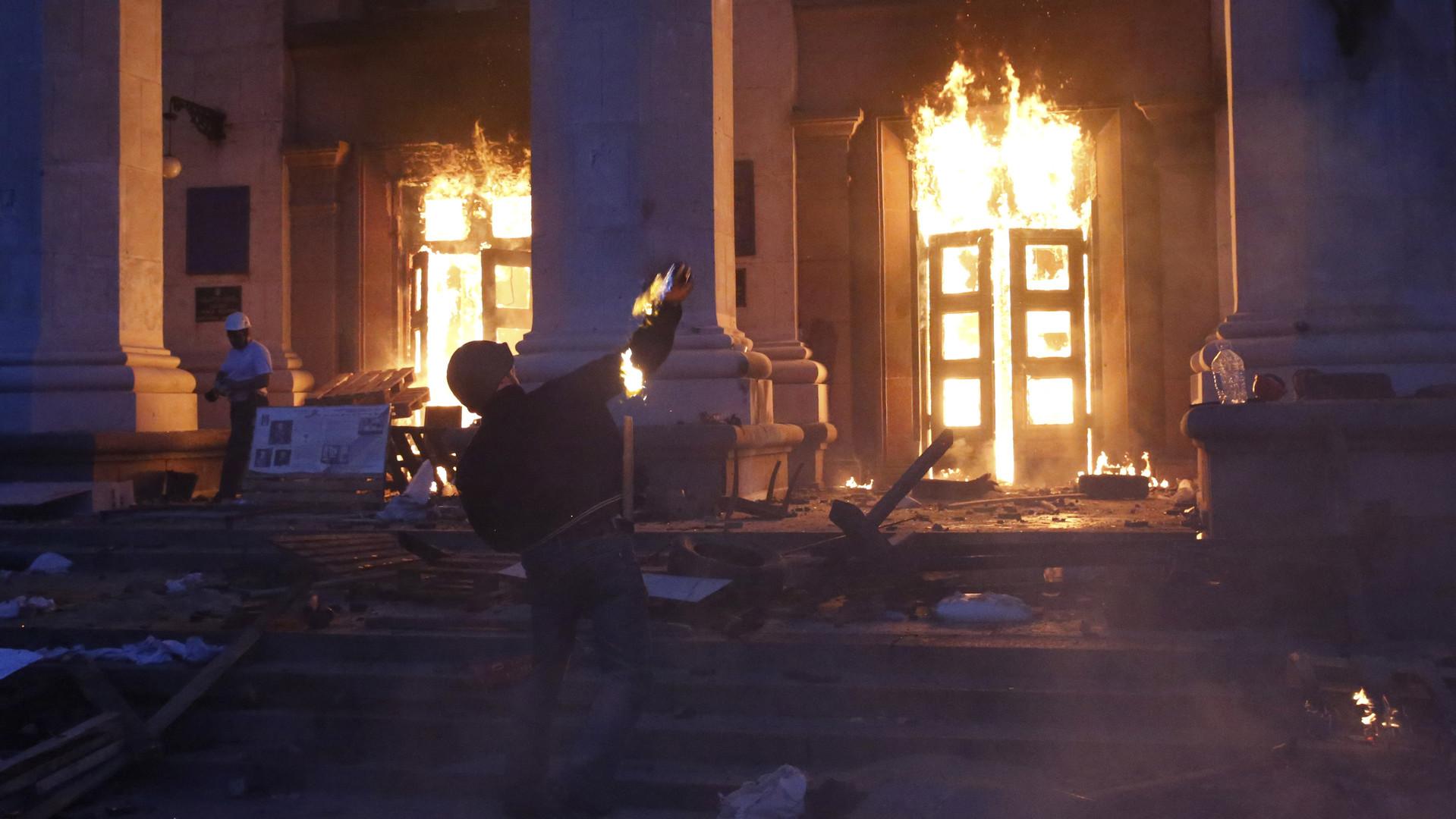 Un manifestant jette une bombe à pétrole sur la maison des Syndicats à Odessa