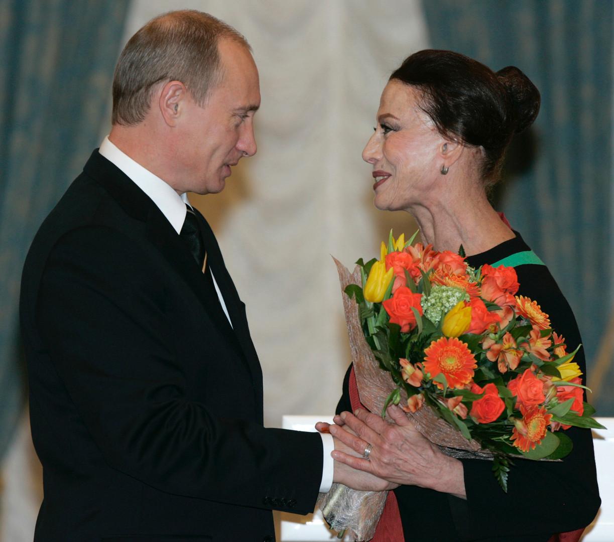 Le président Vladimir Poutine félicite la grande danseuse russe Maya Plissetskaïa