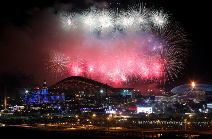 Le feu d'artifice au-dessus du Stade olympique Ficht lors de la cérémonie d'ouverture des JO à Sotch