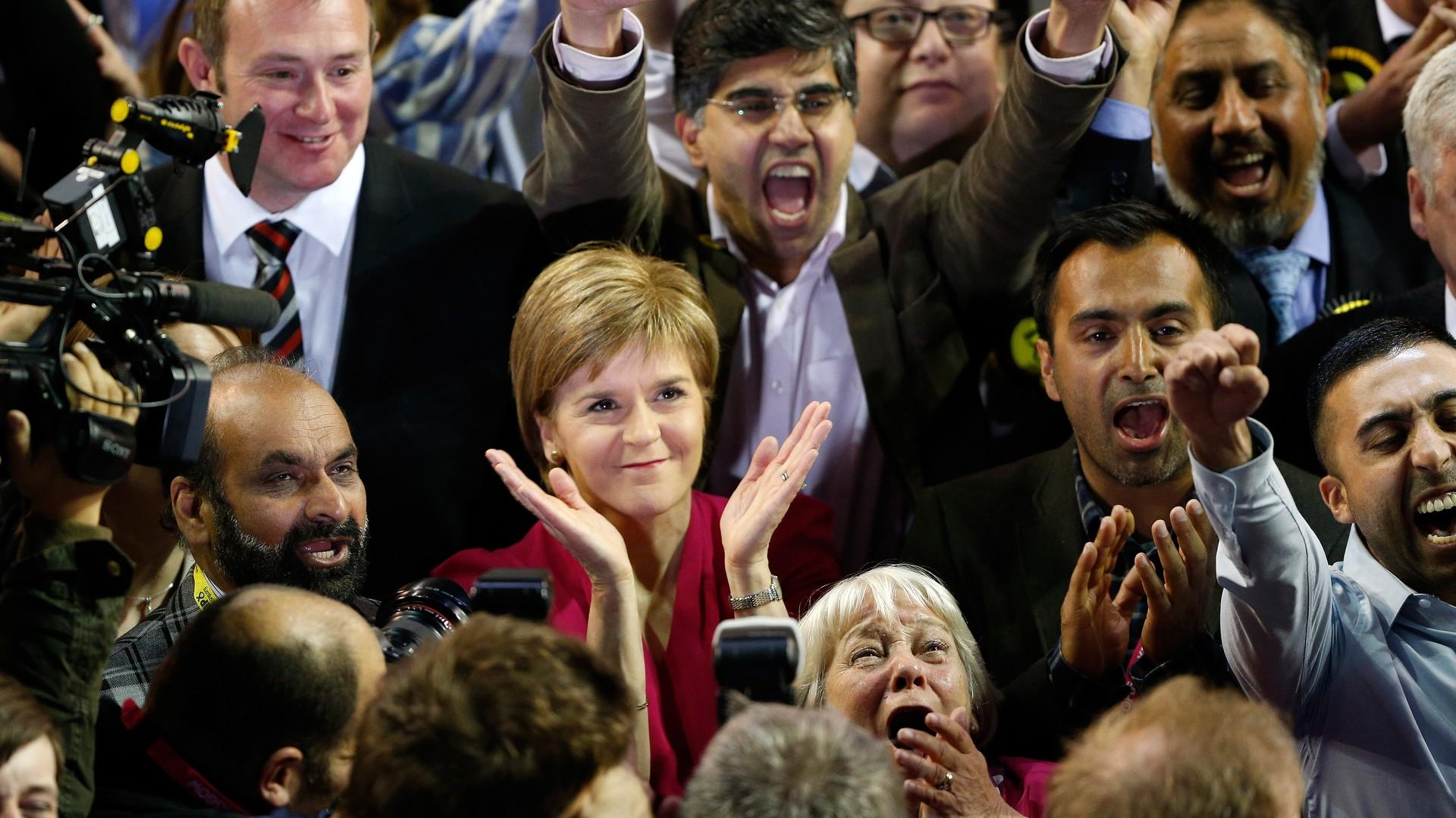 Nicola Sturgeon, la présidente du SNP, entourée de partisans dans un centre de dépouillement à Glasg