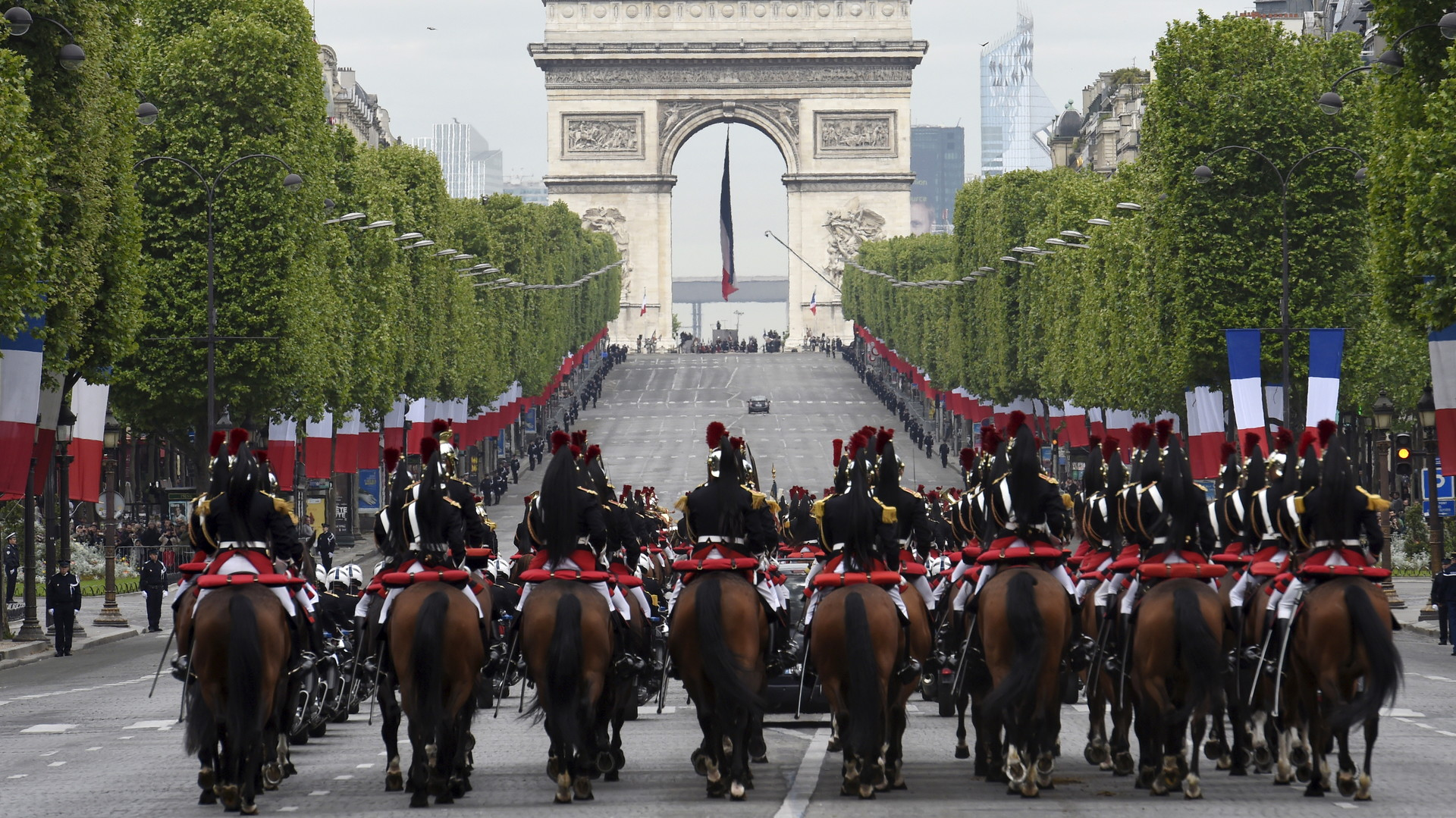 La Garde républicaine escorte la voiture de François Hollande à la cérémonie commémorative à Paris