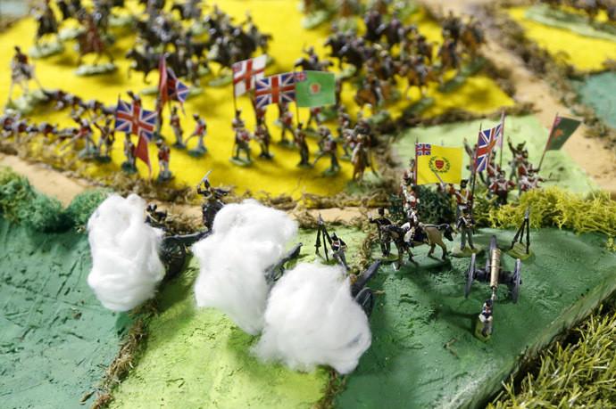 Des canons miniatures tirent depuis les positions britanniques